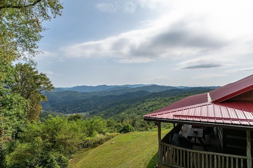 1 Million Dollar View- Close to Banner Elk! Screened Porch, hot Tub, Theater Room!