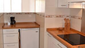 Frigorífico, horno, placa de cocina y lavavajillas