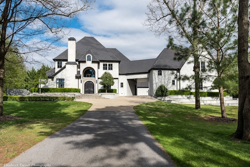 Luxury Estate IN Northwest Arkansas. 10-15 Minutes to U of A, 2 min to 49