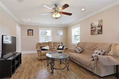 Great Place to stay At Home by Lafreniere Park Minutes to Downtown New Orleans Book Now!!! near Metairie