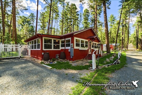 Whirlaway Cottage: 'nostalgia at its Finest' With hot tub & Sauna. Pet Friendly