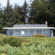 Coastal Cove Beach Bungalow! Beach Walks, Whale Watching, Agate Hunting & More!