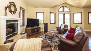 TV, lareira, livros, aparelho de som