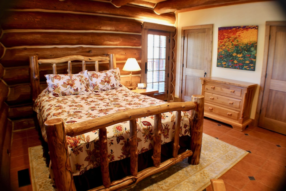 Room, Large, Picturesque Luxury log Home for the Whole Family