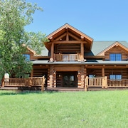Large, Picturesque Luxury log Home for the Whole Family