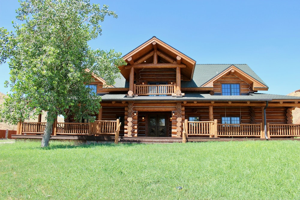 Featured Image, Large, Picturesque Luxury log Home for the Whole Family