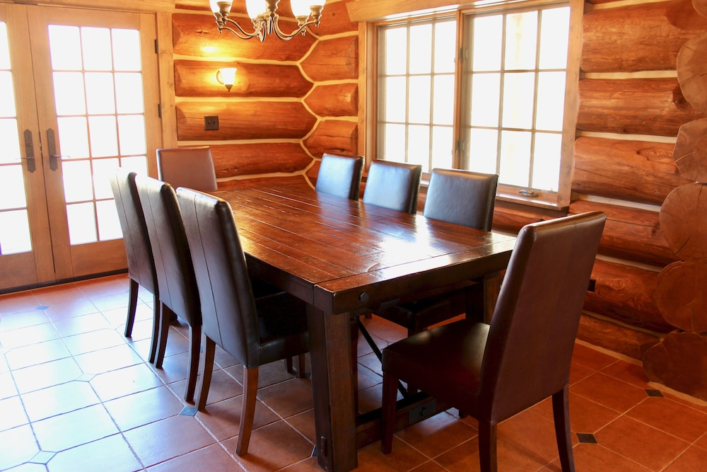 In-Room Dining, Large, Picturesque Luxury log Home for the Whole Family
