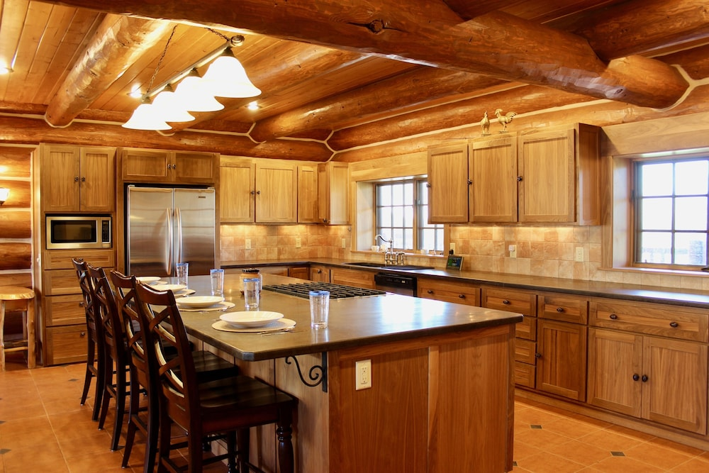 Private Kitchen, Large, Picturesque Luxury log Home for the Whole Family