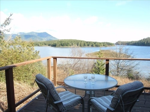 Waterfront Vacation Home Near Pacific Rim National Park