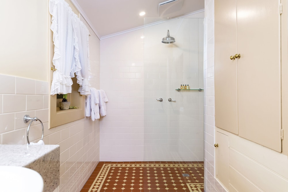 Bathroom, TANUNDA COTTAGES