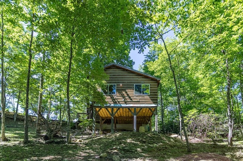 Firefly Cabin: Romantic Getaway Cabin With King bed & Firepit