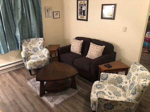 Downtown Apartment. Walking Distance to Main Street