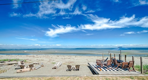 Waterfront Home Directly on Beach! Beautiful Beachfront House in Point Roberts!