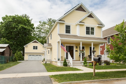 Beautiful Custom Home - A Short Walk From the Saratoga Racetrack