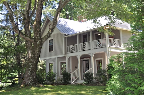 Great Place to stay Serenity in Saluda! Enjoy a 110 yr old Farmhouse on Acres of Beautiful Gardens near Saluda