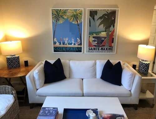 Newly Renovated 2 Bedroom Condo. 2 Blocks to the Beach or the Bay