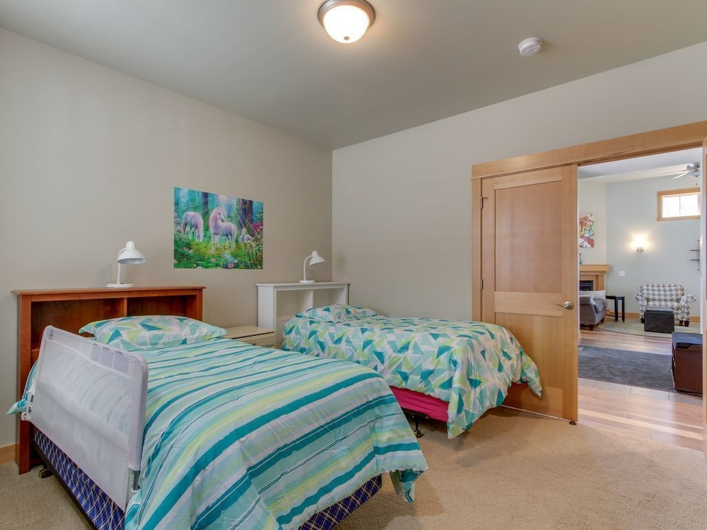Modern Family-friendly Eagle Crest Home W/shared Pool, hot ...