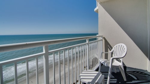 Oceanfront Suite for 8 + Private Balcony Oceanfront Café On-site!