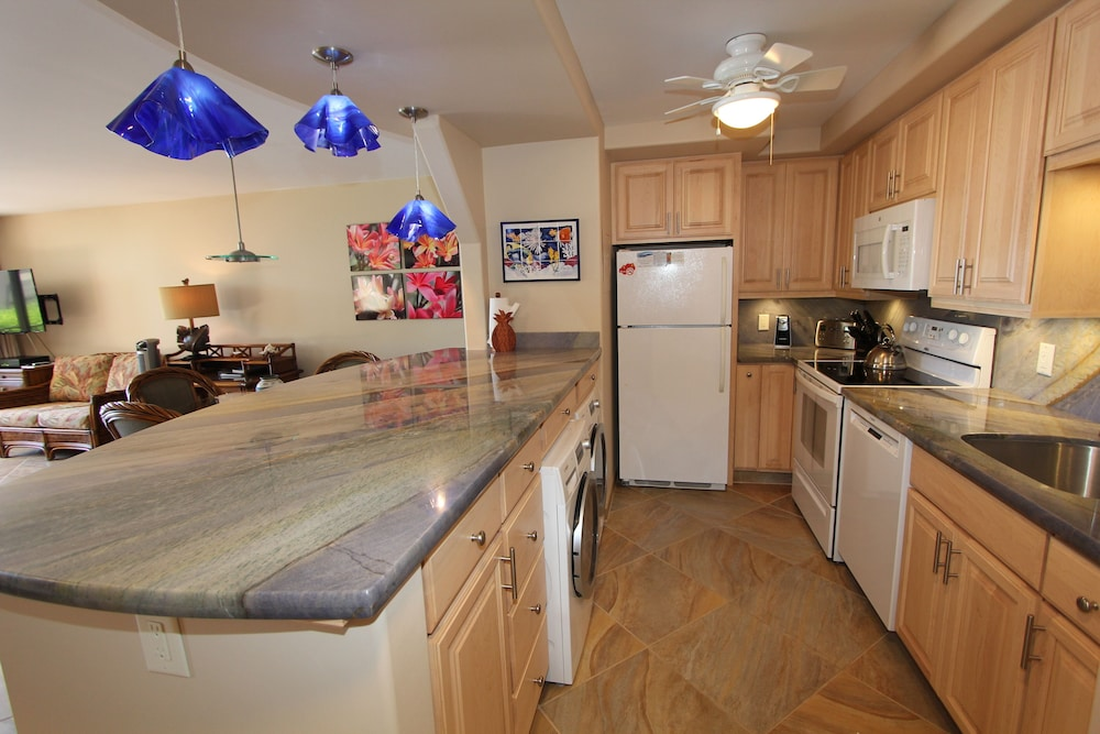 Private Kitchen, Valley Isle Resort #402 Oceanfront!