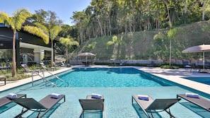 3 piscinas externas, funciona das 6h00 às 22h, guarda-sóis