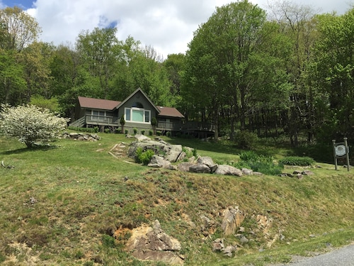 Charming Cottage With Incredible Views of Grandfather & Sugar Mt. w/ hot Tub!