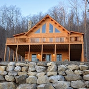 Spring Skiing at It's Best. Spacious log Home Sleeps 12 and an 8 Person hot tub