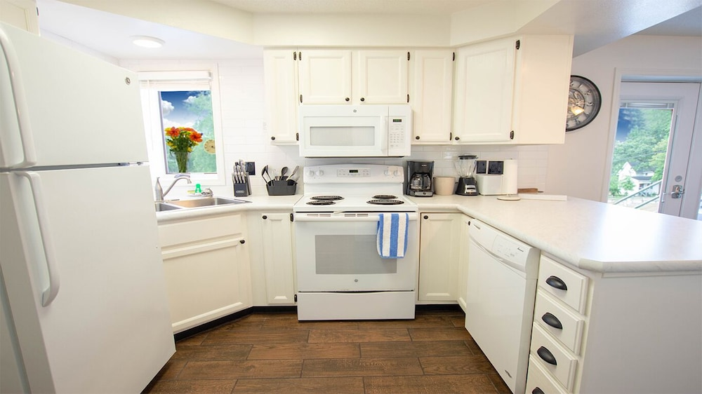 Private Kitchen, Riverwalk Retreat@dells Vacay Pool Walk to Downtown Dells Waterfront