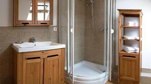 Een douche, handdoeken