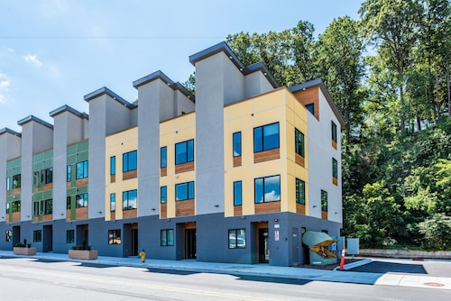 Great Place to stay 235 Short Coxe Townhome 2 Bedrooms 2.5 Bathrooms Townhouse near Asheville