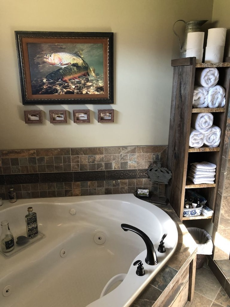 Bathroom, The Famous Golden Grizzly Cabin / Free Gift Certificate!