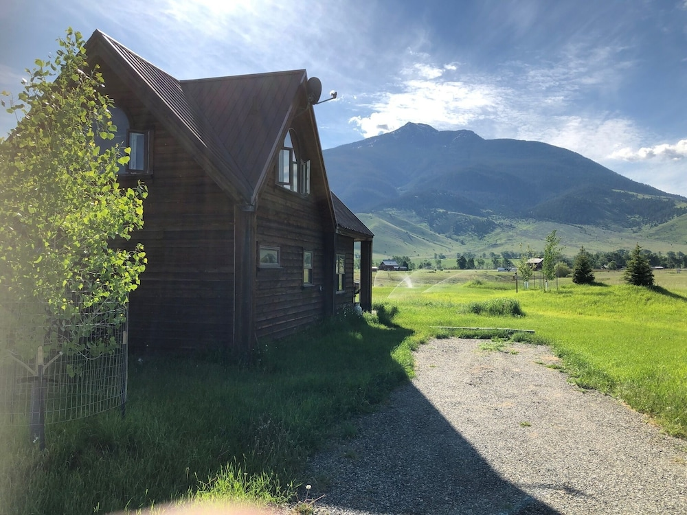 , The Famous Golden Grizzly Cabin / Free Gift Certificate!