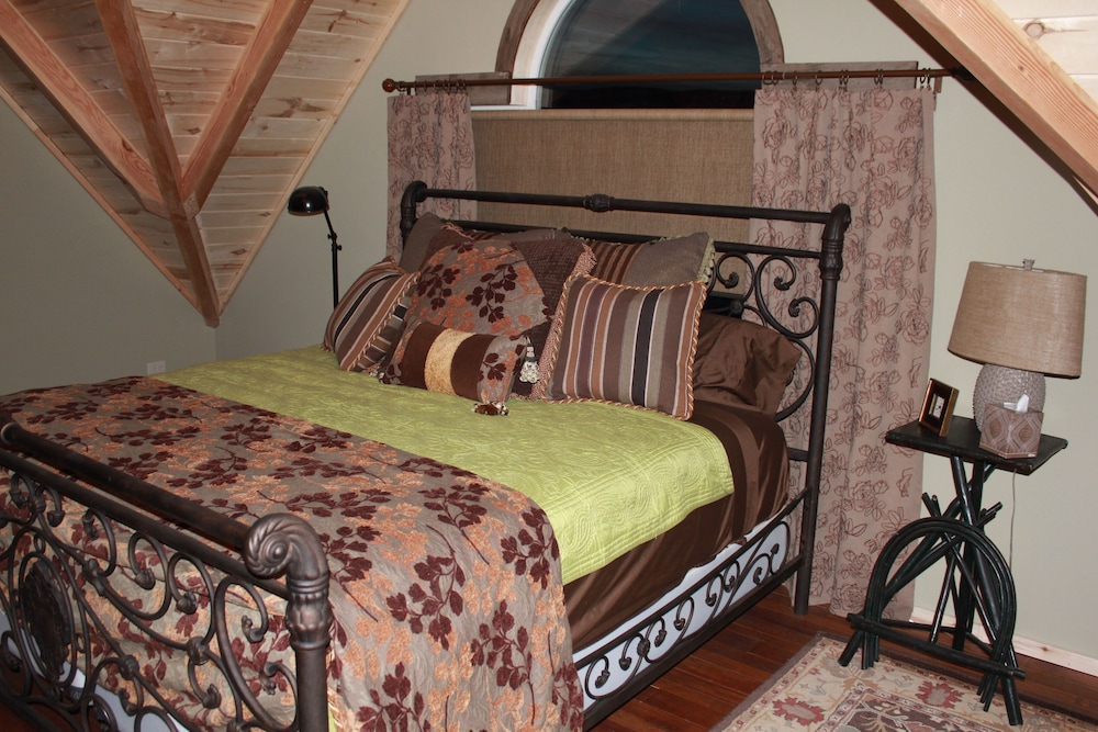 Room, The Famous Golden Grizzly Cabin / Free Gift Certificate!