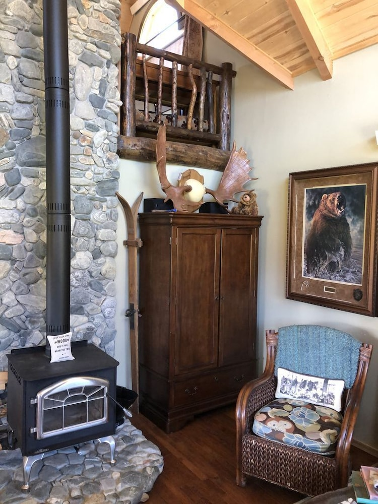 Living Room, The Famous Golden Grizzly Cabin / Free Gift Certificate!