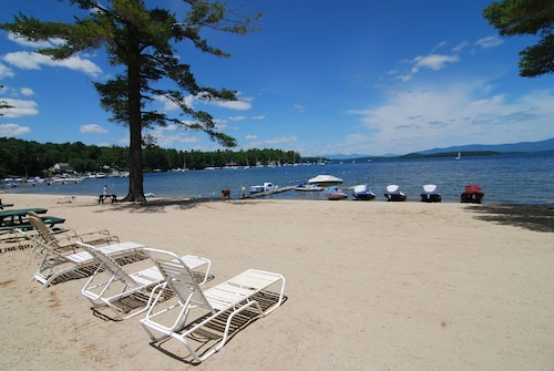 Lake Winnipesaukee condo Close to Gunstock w/indoor and outdoor pools.