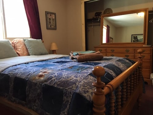 Furnished Bedroom in our Home - Dogs Welcome - Private Bath Until 2/13 - Hot tub