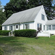Charming, Sunny Cottage. Walk to Every Thing. Family Friendly. Private Back Deck