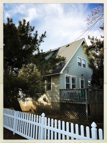 Adorable Vintage Beach House for Family & Friends Ideal Location