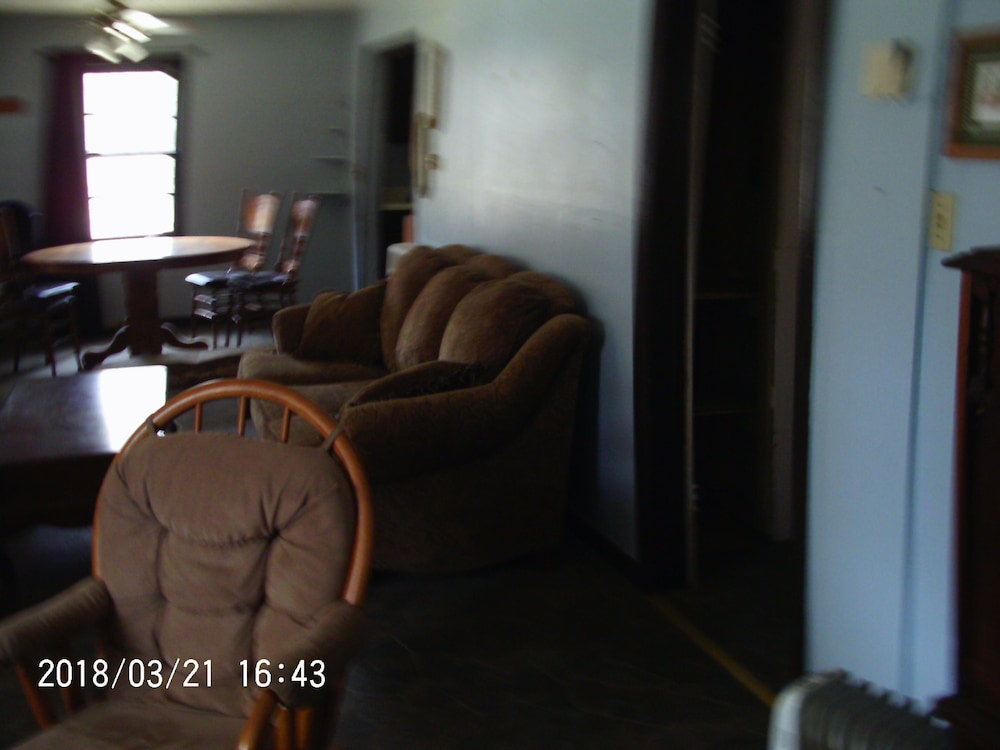 Living Room, Two Bedroom Vacation House ~ Walking Distance To Crater Of Diamonds