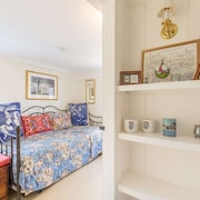 Special Rates! Brackett Cottage: Charming Home, Walk to Beach, Shops & Restaurants