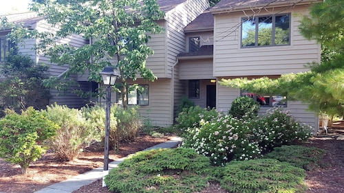 3 Bedroom Townhouse in Scenic Bristol Harbor Vill Near Bristol Mountain Resort