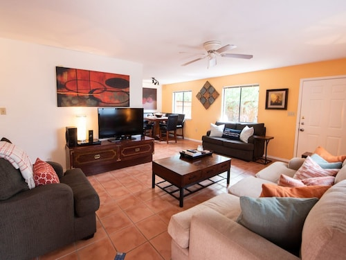 Great Place to stay 2b/2b Downtown Austin Oasis Minutes Away From Everything near Austin