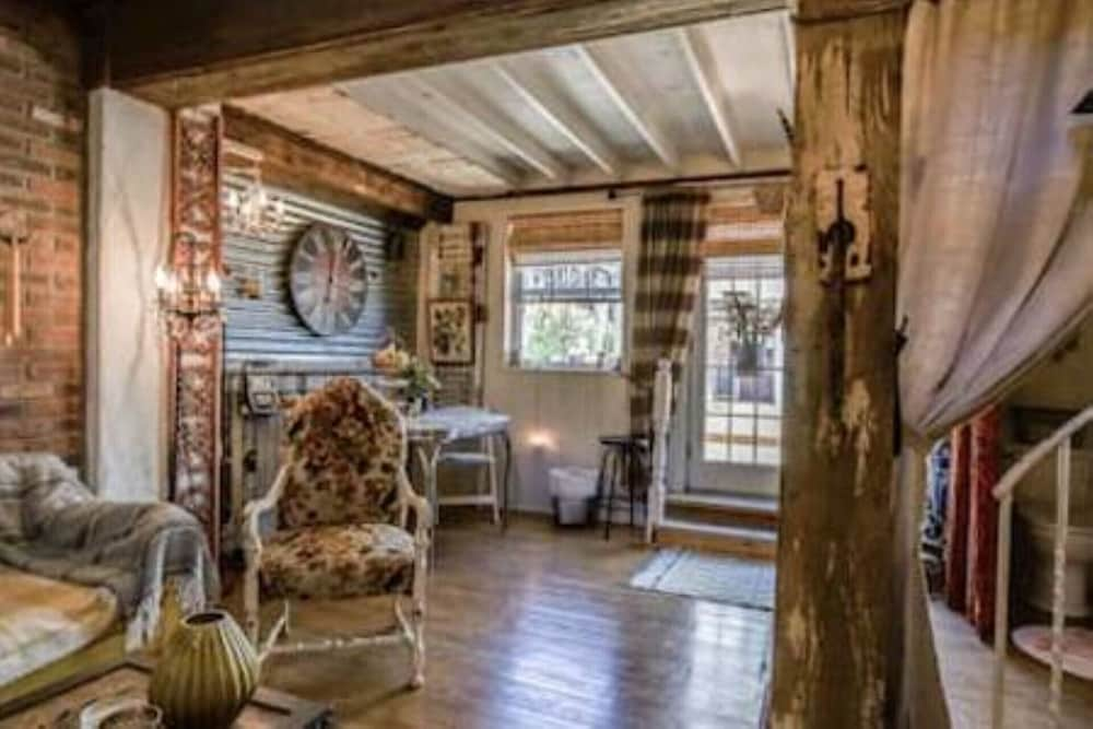 , New Listing! Charming Rustic/barn Carriage House Non-smoking