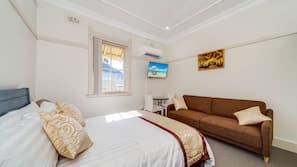 5 bedrooms, iron/ironing board, Internet, linens