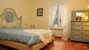 书桌、折叠床/加床(额外收费)、免费 WiFi、床单