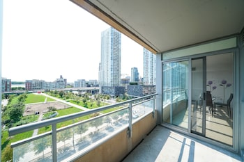 Spacious 2 Br condo by CN Tower