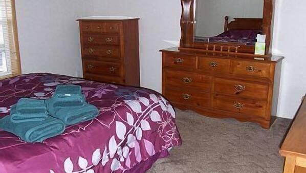 3 dormitorios, tabla de planchar con plancha, ropa de cama