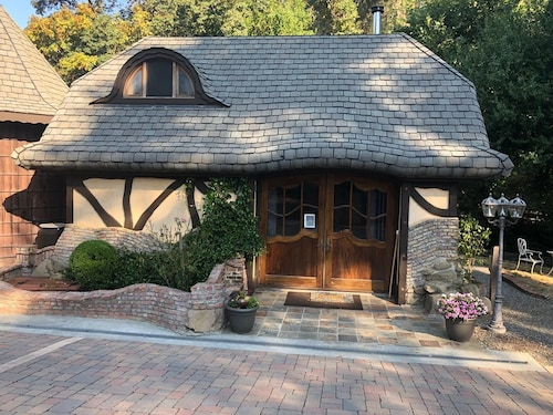 Charming Thomas Kinkade Cottage in Unique Setting..