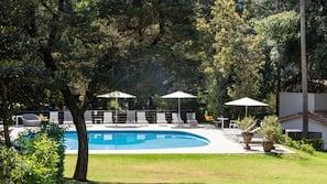 Una piscina al aire libre (de 8:00 a 22:30), tumbonas