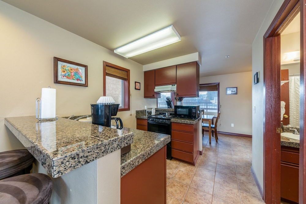 Private Kitchen, Grandview Lake View 200! Luxury Waterfront Condo, Sleeps up to 6!