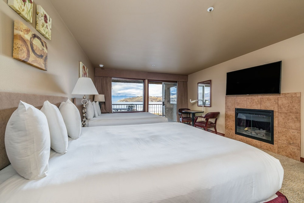 Room, Grandview Lake View 200! Luxury Waterfront Condo, Sleeps up to 6!